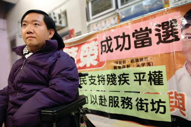 「不是因為輪椅,而是葉榮可以」是他的競選口號。(陳國峰攝)