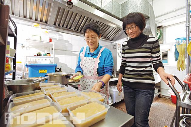 小店常聯繫到不同的正能量人物,陳媽媽既是乒乓球高手,曾代表香港長者到外國出賽獲冠軍,同時是造馬蹄糕專家,她的馬蹄糕又香又甜,成為甜品店過年特色食品。(相片來源:iMoney智富雜誌)