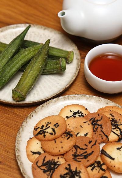 秋葵乾與茶葉餅乾(陳偉能攝)