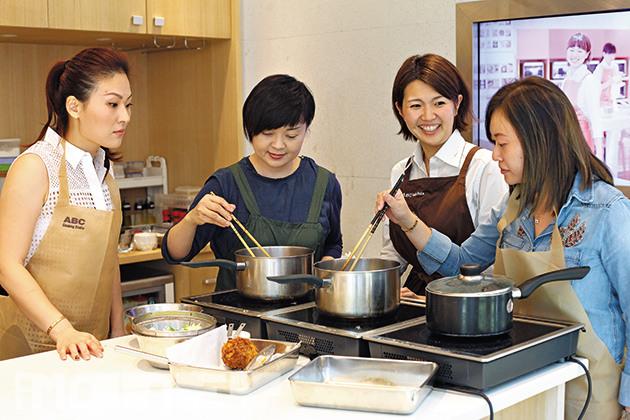 1名導師對4位學員的小班教學模式是日式料理教室的賣點之一。(相片來源:iMoney智富雜誌)