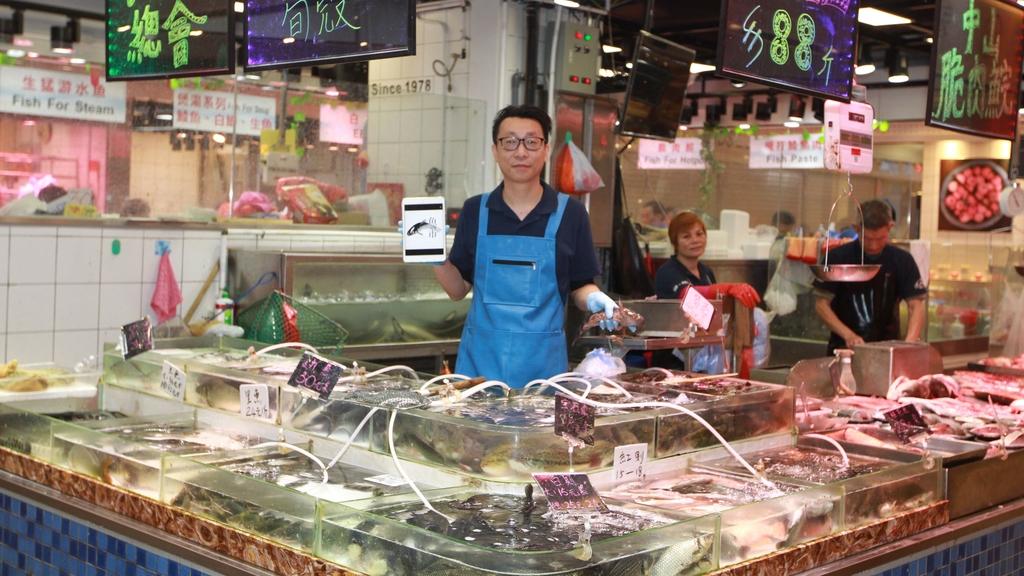 倪偉豪說用iPad「sell魚」,可引起客人的好奇心。(冼偉倫 攝)