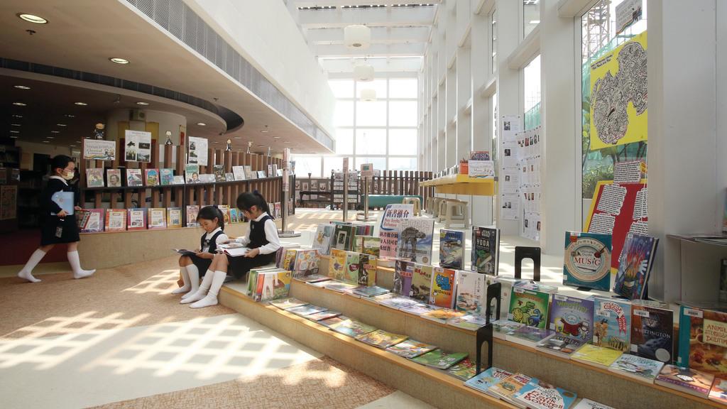 學校圖書館採納自然光,予同學舒適的閱讀環境。