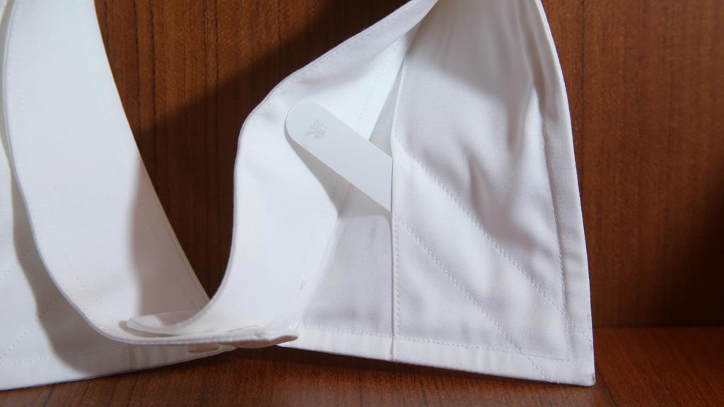 留意每件恤衫領口背後都應該有這可以拆下的膠條。(攝影:湯炳強)