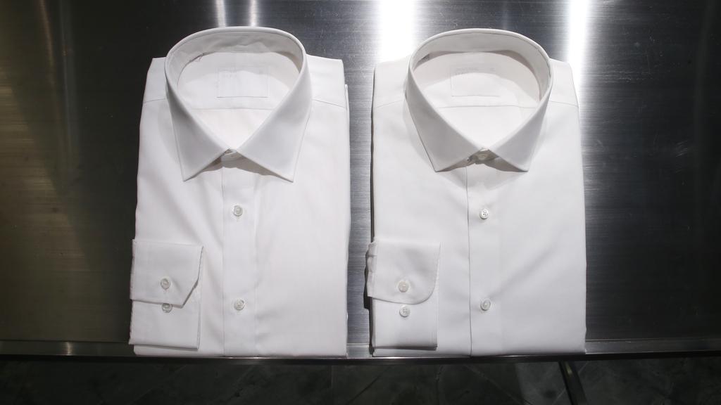 屬 Point collar 類別的 Euclid 領口白恤衫(右)和屬 Spread collar 類別的 Cantor領口白恤衫(左),前者傳統基本,後者款式 contemporary,穿上兩者都不會有出錯機會,加上免燙,成為上班族的必備。(攝影:湯炳強)
