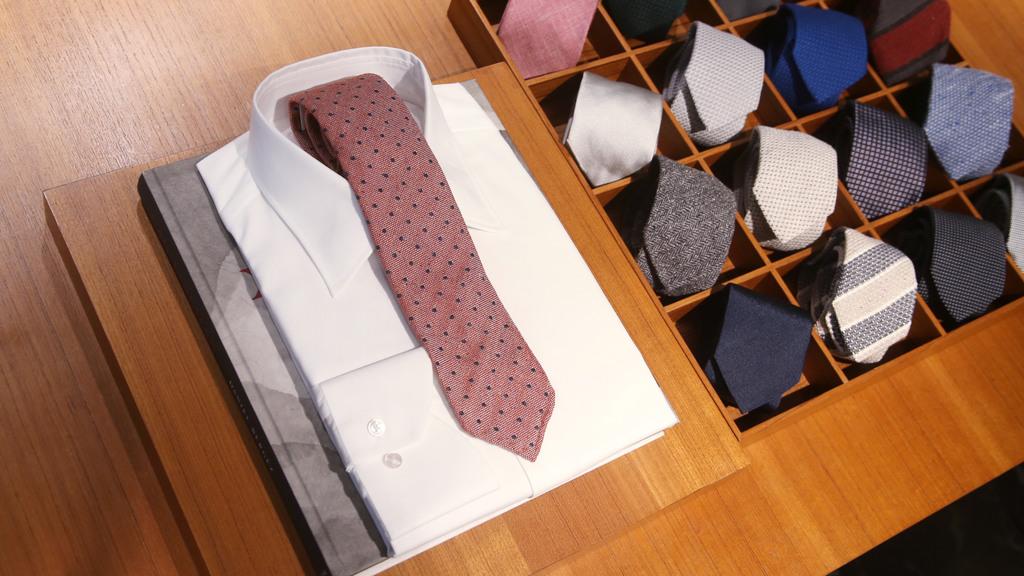 面料支數愈大,質地愈是幼滑舒適,這一件白恤衫採用 300 支棉布縫製,索價便要數千元起。(攝影:湯炳強)