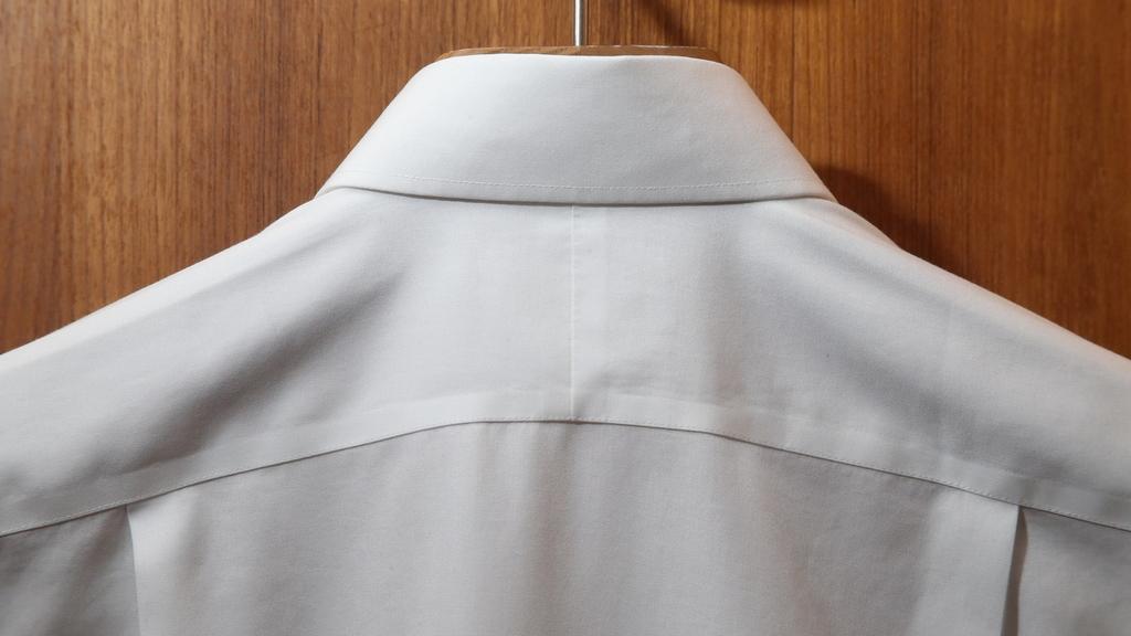 衫背中央的縫合位,一般廉價的恤衫會沒有這細節。(攝影:湯炳強)