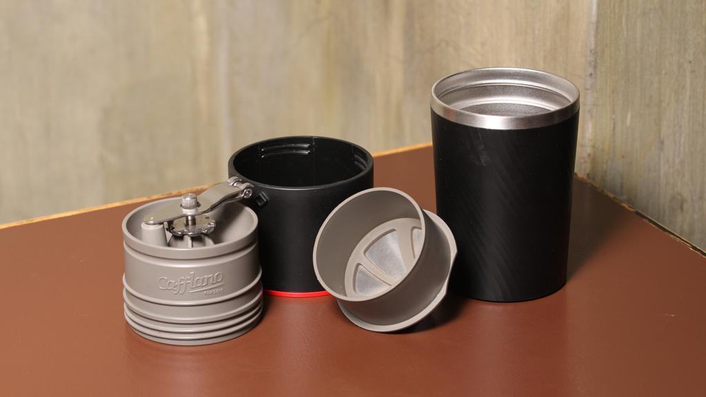 4合1手沖壺有磨豆器、瀘網、杯蓋(可充當水壺)、咖啡杯。(攝影:黃建輝)