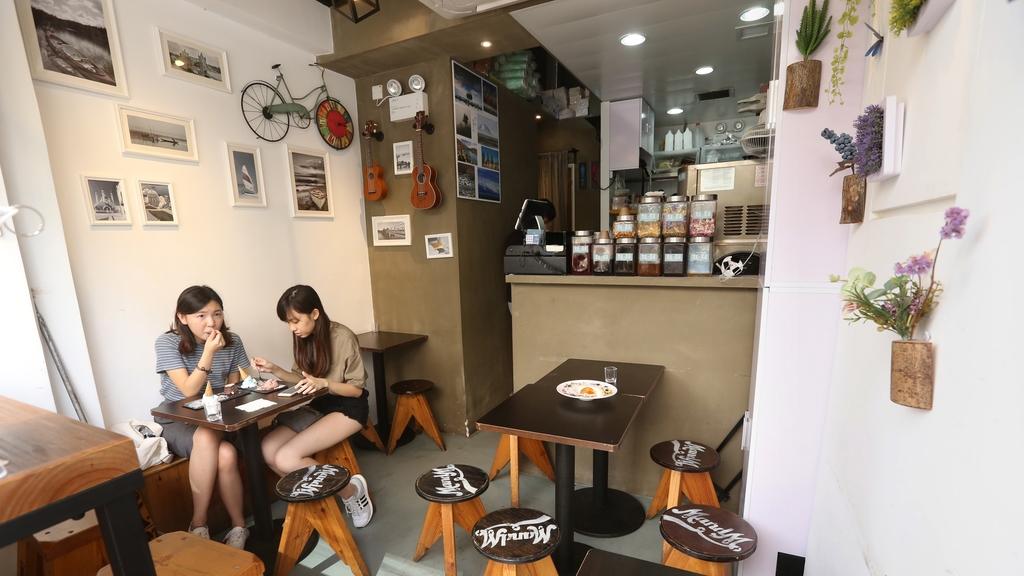 店子雖細,但裝潢甚具特色,牆上掛有單車飾物、小結他及旅遊相片,甚有文青風味。(曾有為攝)