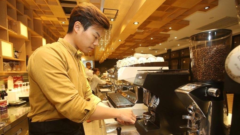 請梁迪倫示範沖咖啡拍照,他有點不好意思︰「好耐無沖咖啡,同事比我熟手!」(湯炳強攝)