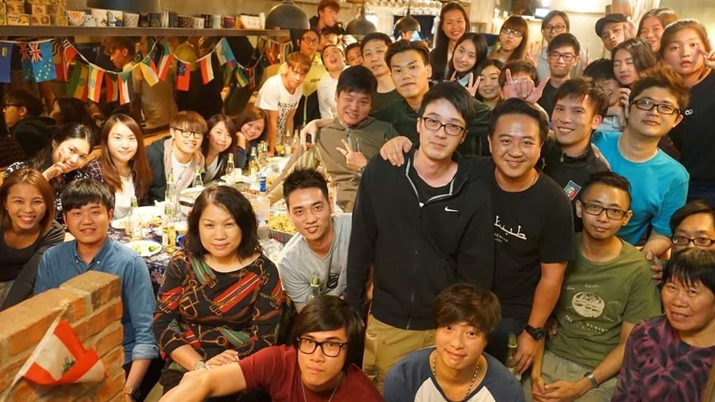 做餐飲業,班底很重要,梁迪倫努力跟員工保持平等,打成一片。(截自梁迪倫facebook)
