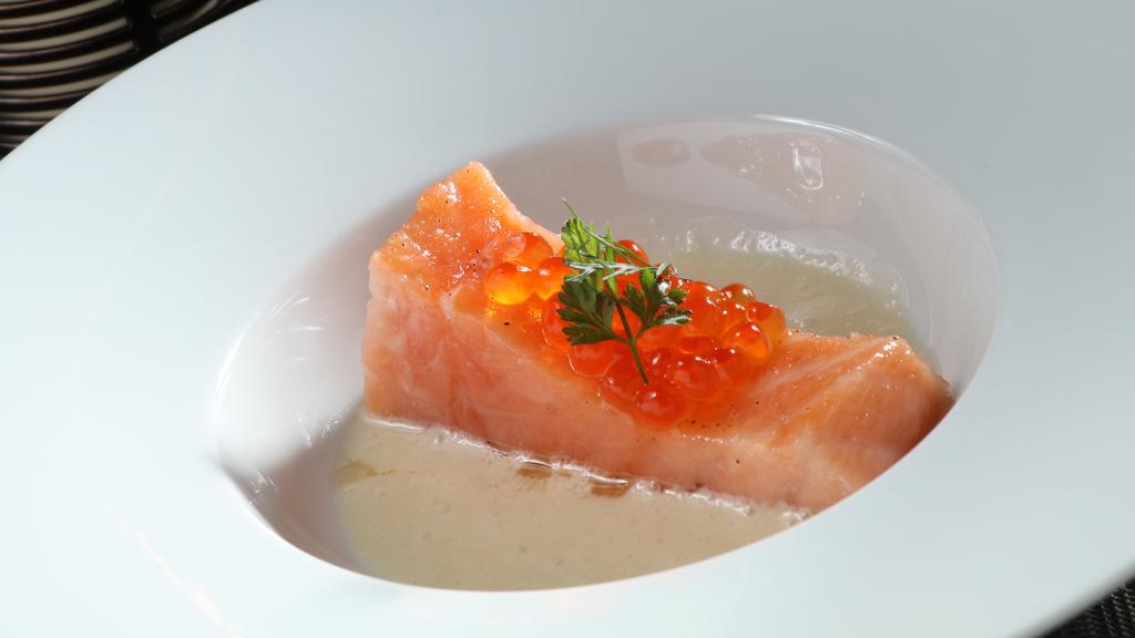 這道鵝油浸三文魚,梁偉富以鵝油把三文魚慢慢浸熟,鮮味無窮。(Chez Ed餐廳)(攝影:陳偉能)