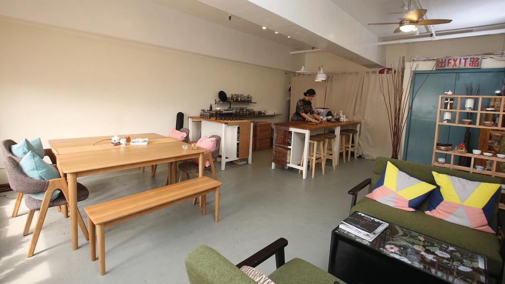 「瑜茶舍」設於火炭工廈,茶舍設計簡約,成功吸引不少年青人、甚至法國、澳洲旅客慕名而來,三個月內已收支平衡。(陳靜儀攝)