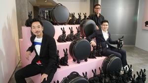 由左至右:Anson、Alan(格子西裝)和 Paul(黑恤衫),齊齊開發行李品牌 OOKONN。(攝影:陳志良)