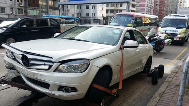 涉司機醉駕撞毀私家車被拖走。
