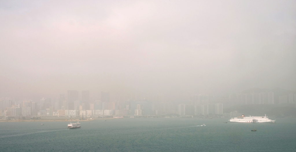 2010年3月22日沙塵暴襲港期間,霧霾籠罩觀塘一帶。(經濟日報資料圖片)
