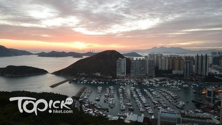 離開南朗亭,就是街坊晨運客修建的山徑;徑旁山坡有塊巨岩,是俯瞰香港仔日落的最佳地點。(Kin Lau攝)