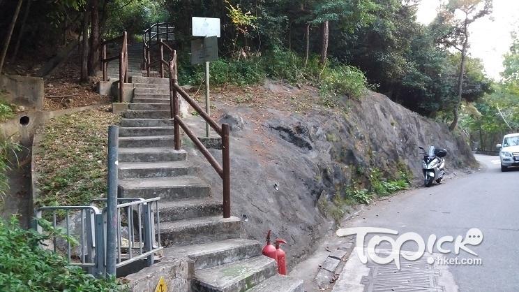 沿南朗山道上山,請認住這個路口,山坡上的階梯就是南朗山郊遊徑。(Kin Lau攝)
