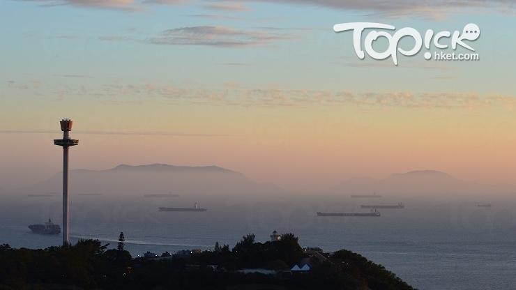 從南朗亭眺望南中國海,港境外的擔桿群島被水霞渲染成仙山。(Kin Lau攝)