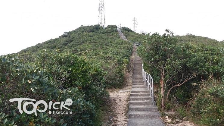 直昇機停機坪之後是一條陡斜的階梯,直通山頂。(Kin Lau攝)
