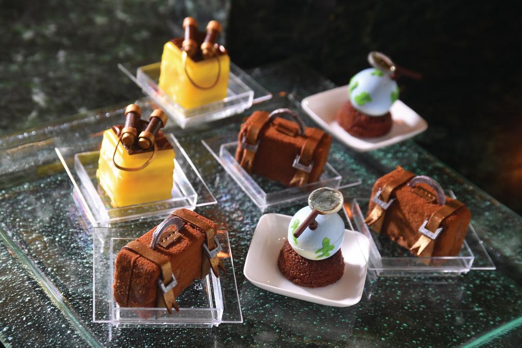 為了配合港迪士尼第三家酒店的探索家主題,他創作出一個探險家發現米奇島的故事,並以此構思甜品。(程志遠攝)