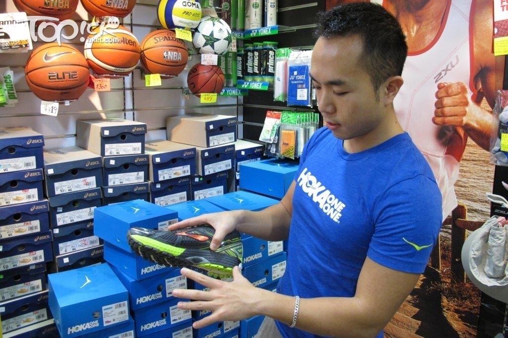 Pro Runner 負責人 Alvin 說,鞋底是跑鞋的靈魂,製造鞋底的技術和物料都很講究。(周翠玲攝)