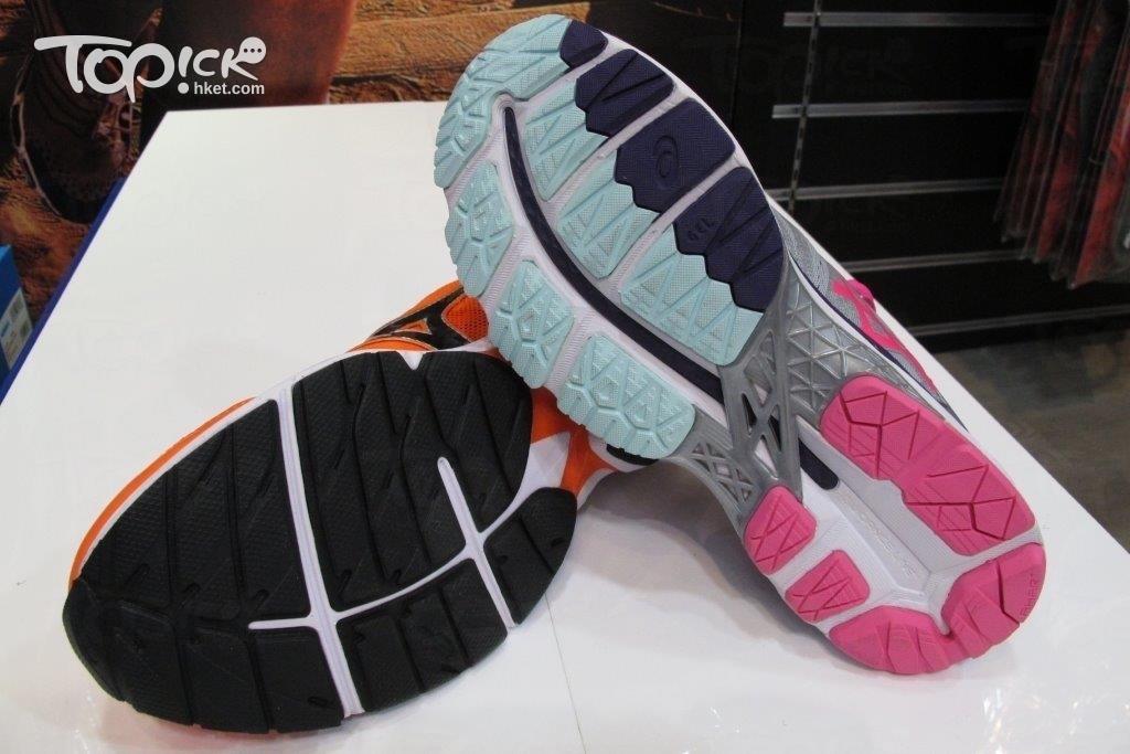 厚底及中厚底跑鞋的鞋底,通常用車軚膠造鞋底,非常耐用。(周翠玲攝)