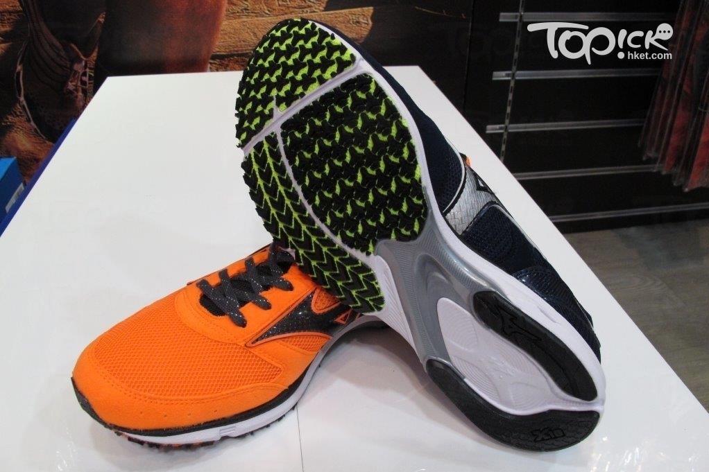 只有薄底跑鞋的鞋底是用石墨製造,較不耐用。(周翠玲攝影)