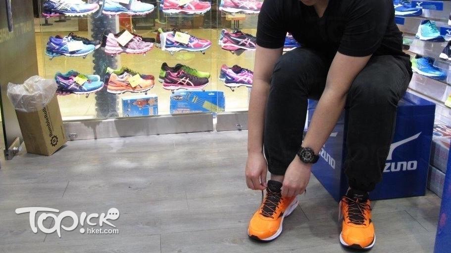 試着跑鞋,要穿左右腳,亦要以較大的腳掌為試鞋的準則。(周翠玲攝)