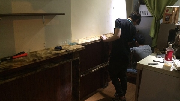 開業之初,預算有限,3人自學利用棄置卡板製作桌子。(受訪者提供)