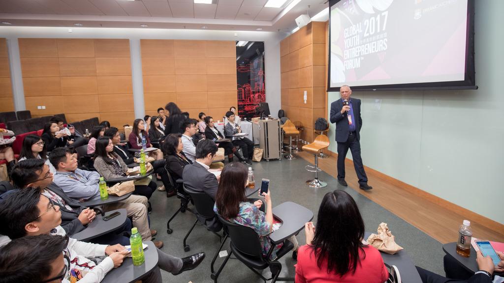 USB記憶體發明家Dov Moran早前到港大出席「世界青年創業論壇2017」,分享其創業經歷。(相片由港大提供)