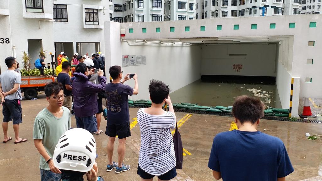 10號風球下,杏花邨停車場竟遭水淹沒。