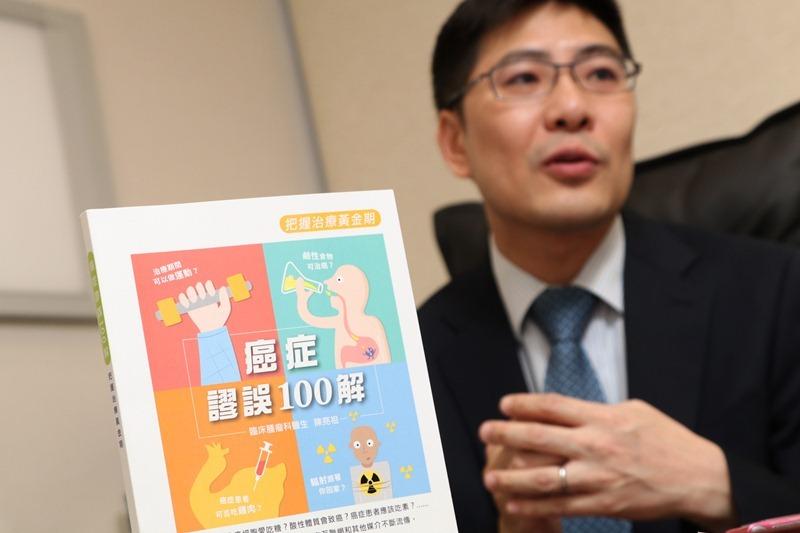 陳亮祖醫生撰書講述癌症謬誤,讓更多人了解癌症的真相。(陳智良攝)