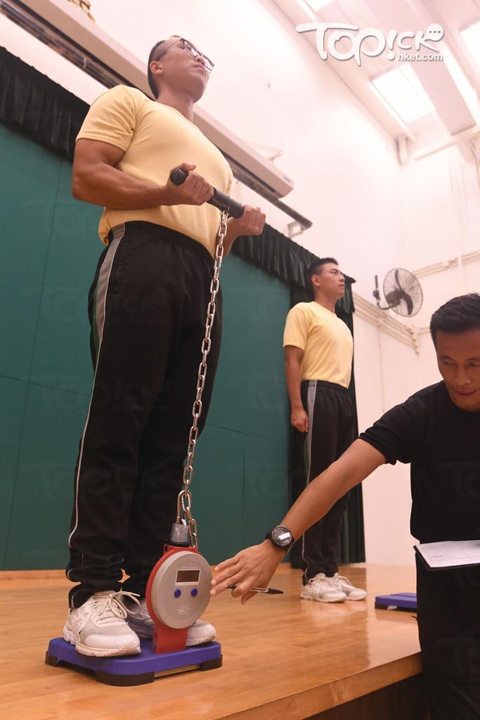 體能測驗項目包括立定跳遠、穿梯、靜態肌肉測試及800米跑,4個項目滿分為20分,考生至少要在每個項目取得1分、並在4個項目取得12分才能過關;圖為靜態肌肉測試示範。(曾耀輝攝)