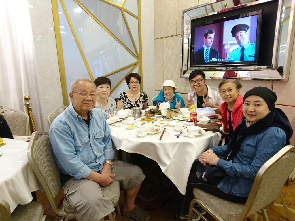 阿峰(右三)說,不少末期病人最後心願是與朋友見一面﹑吃一頓飯。(防癌會提供)