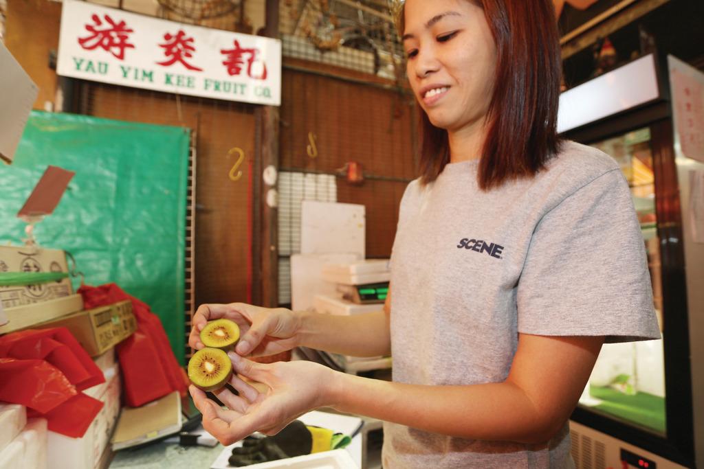 游炎記菓欄負責人琪琪指,彩虹奇異果甜度可高達20。(曾秋文攝)