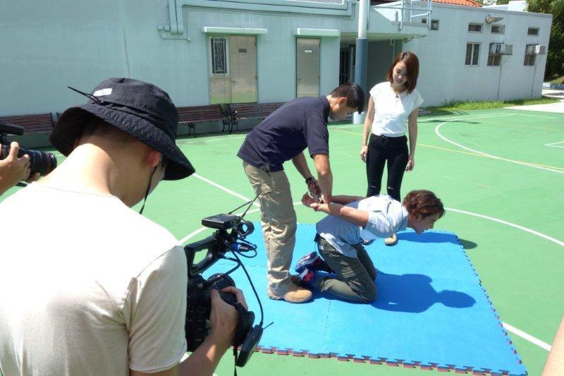 林耀聲體驗了執行處的各種行動訓練。(ViuTV提供畫面)