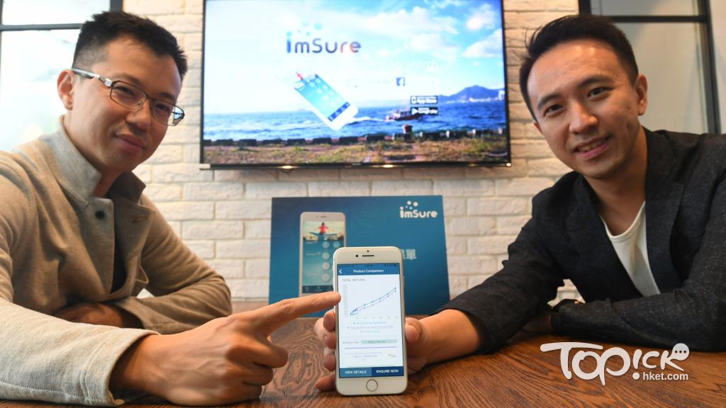 曾任職金融、保險業的蔡志恒(右)及陸文駿(左),去年推出保險格價平台imsure,希望能提供詳細方便的保單資訊予市民參考。(曾耀輝攝)