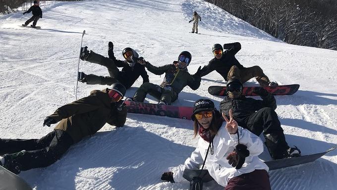 除了教學,閒時二人也會跟好友們一同滑雪。(受訪者提供)