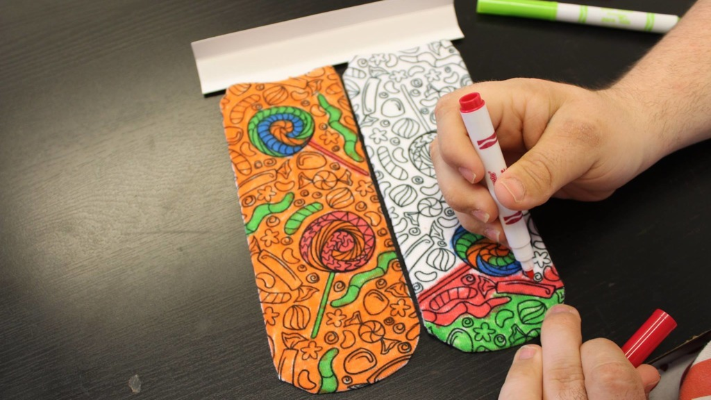 John網店有售創意產品填色襪,附上布料用顏色筆,客人可自行為襪子塗上顏色。(相片來源:John's Crazy Socks fb專頁)