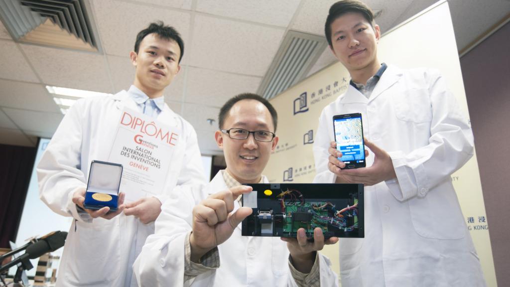 任康寧博士(中)與團隊成員博士生孫瀚(右)及研究助理鍾澤志先生(左)。任博士手持測試儀和芯片。(浸大圖片)