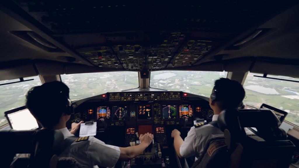 機長在自動駕駛時需進行監察及操控。(國泰視頻截圖)