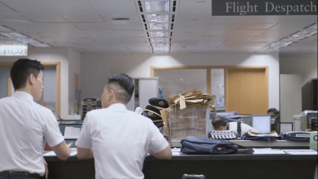 起飛前,機師需要在簽派室舉行航班簡報會。(國泰視頻截圖)