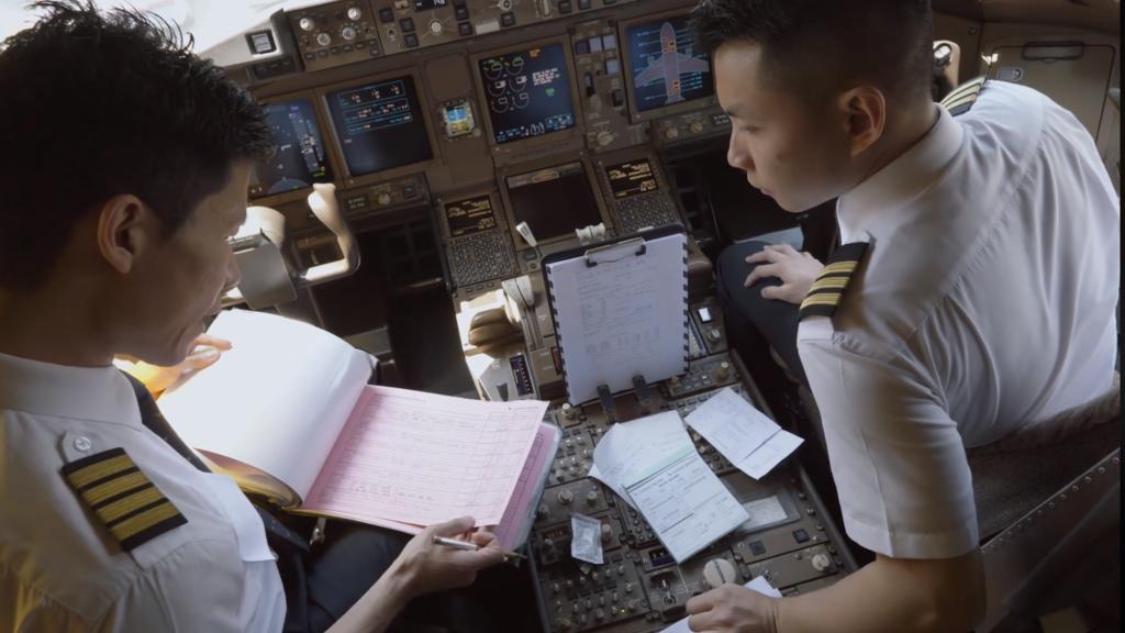一上到駕駛艙,機師們需眼隨「標準操作程序」(SOP)檢查。(國泰視頻截圖)