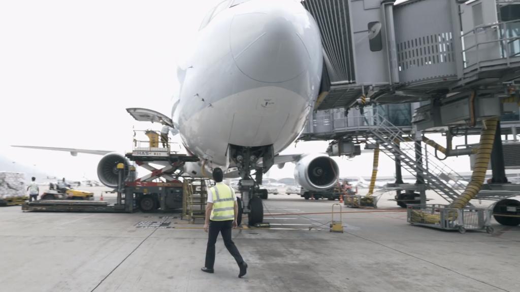監控機師需完成駕駛艙的安全檢查,以及飛機外部巡視。(國泰視頻截圖)
