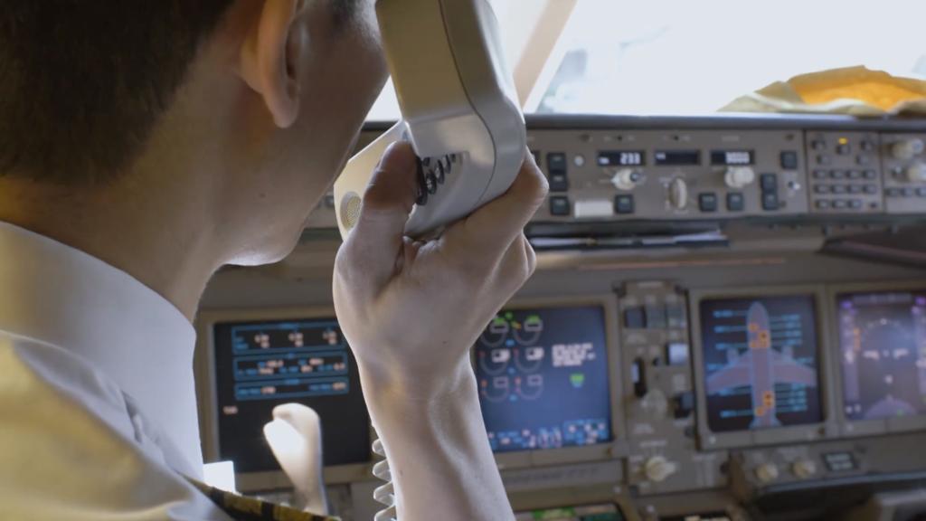 機長進行登機廣播。(國泰視頻截圖)