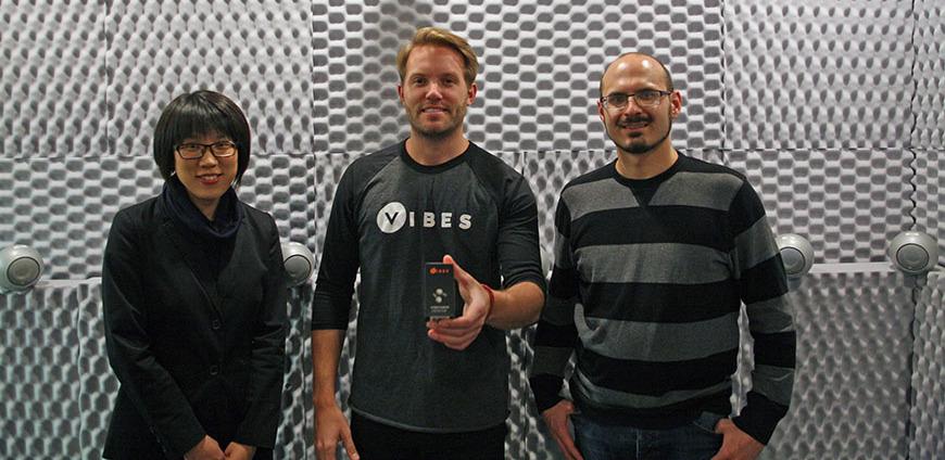 Jackson Maan(中)與美國明尼蘇達大學合作,研發防音質失真的無綫耳機,並成立Vibes,參加電視台創業節目後聲名大噪。(明尼蘇達大學圖片)