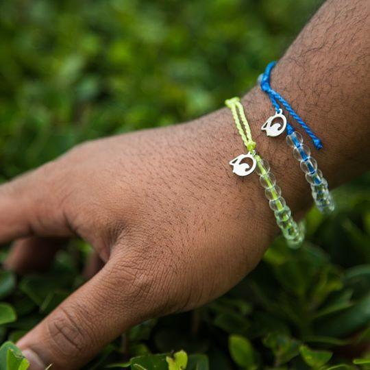 4Ocean的手鍊由回收塑膠和玻璃製成,每條售價20美元(約157港元),每售出一條即資助清除1磅海洋垃圾。(4Ocean Facebook圖片)