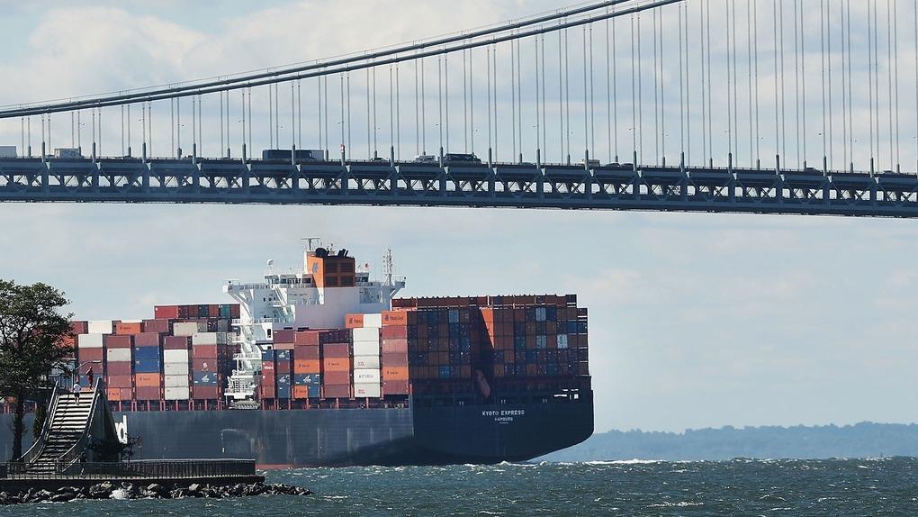 美國落實向中國2000億美元商品徵收關稅,下周一起實施,圖為一艘駛經紐約的貨輪。(法新社圖片)