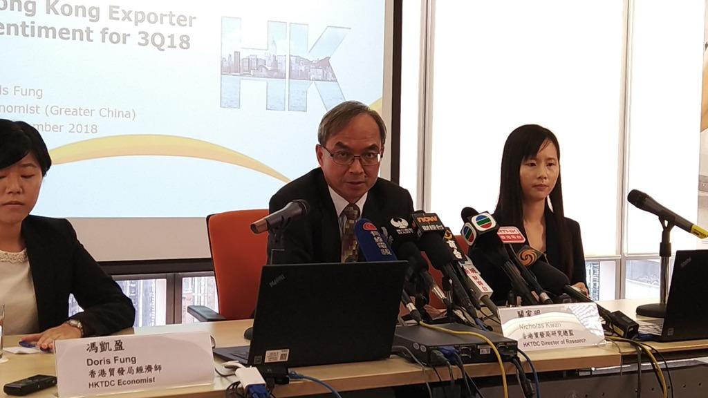 貿發局研究總監關家明(中)稱,該局對今年香港整體出口增長預測由原先的6%下調至3%,第四季有機會出現零增長。(李素瑩攝))