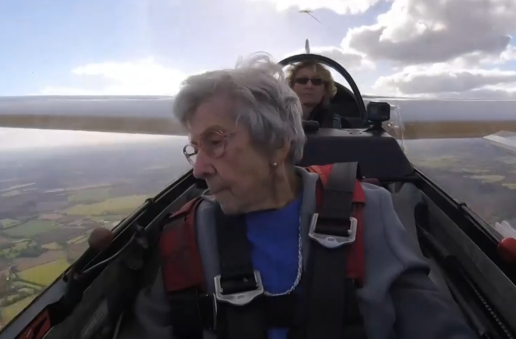 婆婆在高空中也不時探頭張望,更讚嘆景色「太美了」。(圖片來源:BBC影片截圖)